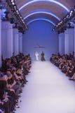 Подиум моделей на взлётно-посадочная дорожка во время модного парада Стоковое Фото