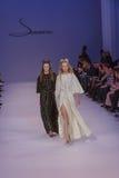 Подиум моделей на взлётно-посадочная дорожка во время модного парада Стоковые Изображения
