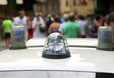 Полицейская машина во время управления в городе с людьми Стоковое Фото
