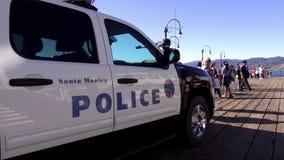 Полицейская машина на пристани ЛОС-АНДЖЕЛЕСЕ Санта-Моника акции видеоматериалы