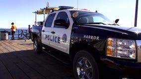 Полицейская машина на пристани ЛОС-АНДЖЕЛЕСЕ Санта-Моника сток-видео