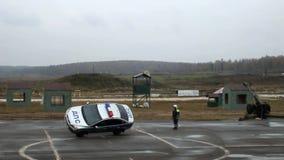 Полицейская машина управляет на 2 колесах видеоматериал