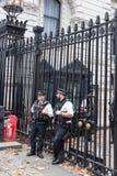 Полицейские в Даунинг-стрит Лондоне Великобритании Стоковые Изображения RF
