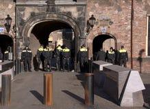 Полицейские защищая здание правительства Стоковые Фото