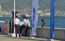 Полицейскии и их немецкая овчарка Стоковые Изображения RF