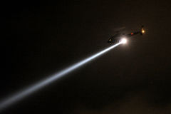 Полицейский вертолет с прожектором на ноче Стоковая Фотография RF