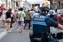 Полицейский в велосипеде во время демонстрации для мира стоковая фотография rf