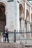 Полицейский защищая церковь Sacré-Coeur в Montmartre Стоковое Изображение