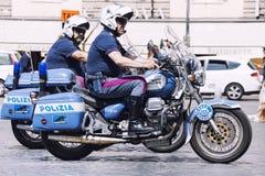 Полицейский 2 итальянский полисменов на мотоциклах Италия rome Стоковые Фотографии RF