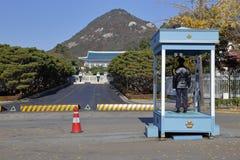 Полицейский на вахте на парадном входе Cheongwadae (голубых дома/павильона голубых плиток) - Сеуле, Южной Корее ноябре 2013 Стоковые Фото