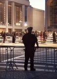 Полицейский Нью-Йорка наблюдая модный парад в центре Линкольна стоковая фотография rf