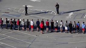 Полицейский показывая силы специального назначения защищает шлемы против толпы для молодые люди сток-видео