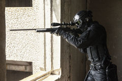 Полицейский СВАТ в действии стоковые фото