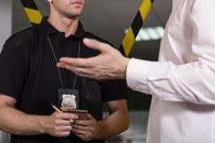 Полицейский с значком полиции Стоковые Изображения