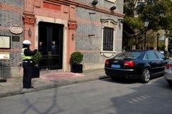 Полицейский Шанхая выдает билет стоянкы автомобилей, Китай стоковое фото