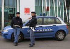 2 полицейского говорят почти InfoPoint Стоковое фото RF