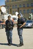 2 полицейского держат заказ в della Signoria аркады Стоковое Изображение