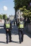 2 полицейского патрулируя Ригу Стоковая Фотография RF