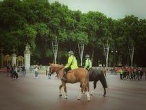 Полиция верхом Букингемского дворца Стоковые Изображения RF