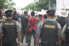 Полиция держа традиционную демонстрацию Сукарно действия торговцев рынка в Sukoharjo Стоковая Фотография