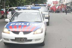 Полиция держа традиционную демонстрацию Сукарно действия торговцев рынка в Sukoharjo Стоковые Изображения