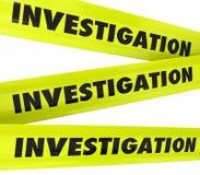 Полиция места преступления желтого цвета слова исследования связывает тесьмой Стоковое фото RF