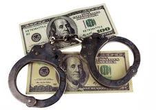 Полиция надевает наручники ложный и реальный счет 100-доллара Стоковые Фото