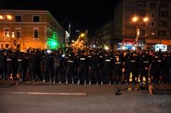 Полиция по охране общественного порядка в сигнале тревоги против антипровительственных протестующих Стоковые Изображения RF