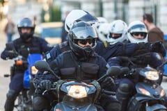 Полиция по охране общественного порядка на мотоциклах во время ралли перед университетом Афин, который под занятием протестующими Стоковые Фото
