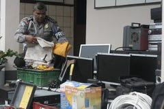 Полиция проводит сотни лишения права выкупа доказательства против результатов злодеяния Стоковое Изображение