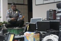 Полиция проводит сотни лишения права выкупа доказательства против результатов злодеяния Стоковая Фотография