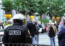 Полиция Сан-Франциско смотря протестующего на улице рынка Стоковое Изображение RF