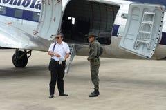 Полиция уносит управление на авиапорте стоковые фотографии rf