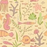 Под картиной моря безшовной с рыбами, морскими коньками, раковинами, морскими звездами, морскими водорослями и кораллами Стоковое фото RF