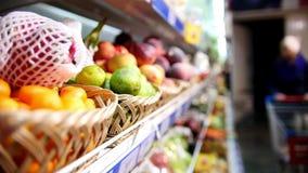 Полка бакалеи с плодоовощ овощи в супермаркете акции видеоматериалы