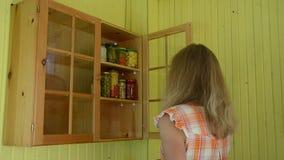 Полка консервов женщины акции видеоматериалы