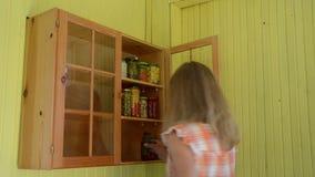 Полка консервов женщины видеоматериал