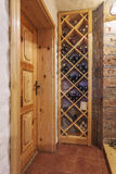 Полка с бутылками вина в доме Стоковые Изображения RF