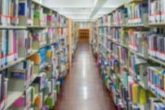 Полка с книгами в предпосылке библиотеки изображение было blurre Стоковое Изображение RF