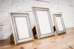 Полка с рамками и белой стеной стоковое фото rf