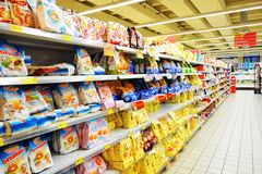 Полки в итальянском чистом супермаркете, внутри помещения Стоковые Фото