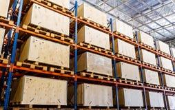 Полки изготовляя хранение в складе Стоковые Изображения RF