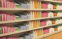 Полки косметики магазина розничной торговли Стоковое фото RF