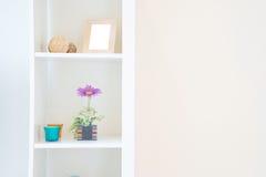 Полки на белой стене Стоковая Фотография RF