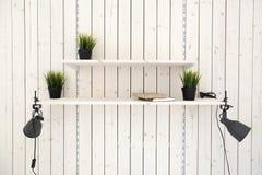 Полки на деревянной стене планки Стоковая Фотография