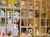 Полки стены деревянные с различным оформлением Стоковое Изображение RF