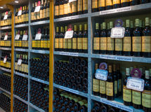 Полки с вином в винодельне Massandra магазина компании Стоковое фото RF