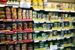 Полки с едой в супермаркете Стоковое Фото
