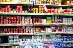 Полки с едой в супермаркете Стоковое фото RF