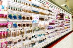 Полки с косметиками в магазине цели Стоковые Изображения RF